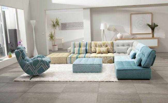 modulare Sofas in weiß, blau und gelb, weißer Teppich, Stehleuchte-Einrichtungstrends