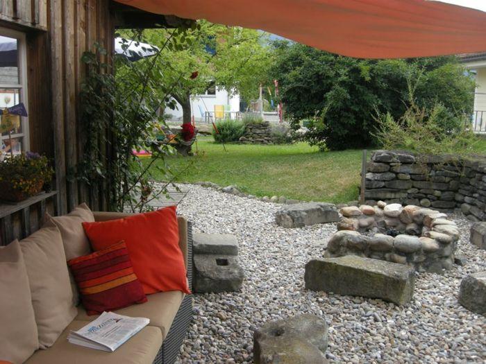 offene Feuerstelle aus Steinen im Garten-Dekoration für den garten