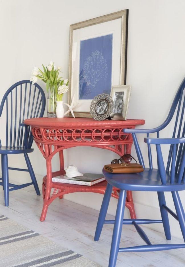roter Esstisch, blaue Stühle-wohnzimmer ideen