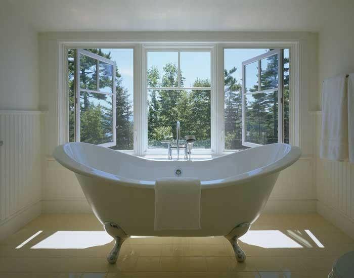 schlichtes Badezimmer in Weiß-freistehende Badewanne