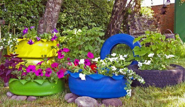 verbrauchte Autoreifen in leuchtenden Farben streichen und als Blumentöpfe verwenden Gartendeko - Ideen
