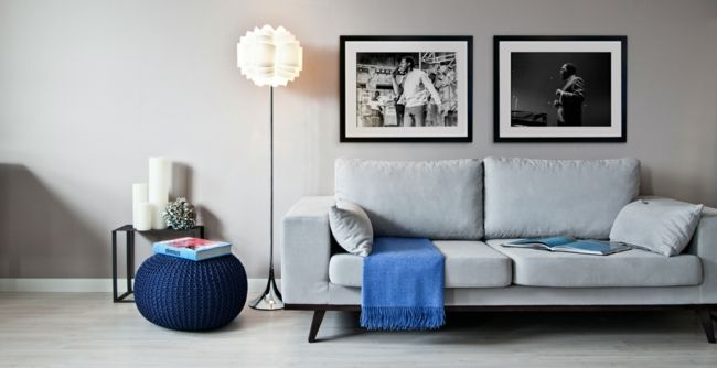 weiße Coutch, Stehleuchte, blauer Sitzhocker-möbel design