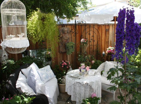 Altmodischer Holzzaun als Hintergrund für den Unterhaltungsbereich-Deko Gartenmöbel