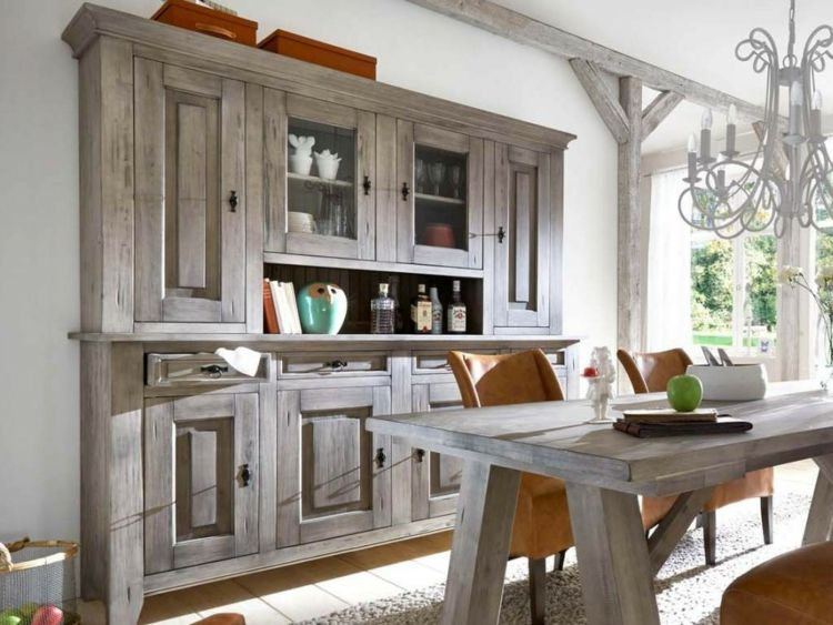 Aufsatzbuffet und Esstisch in einer Küche in der Provence