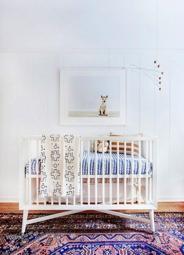 Babyzimmer Gitterbett weiß Muster Bettwäsche