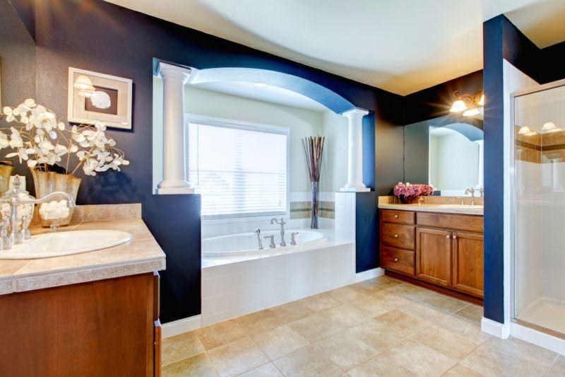 Badewanne einmauern Waschbecken separat dunkelblaue Wandfarbe