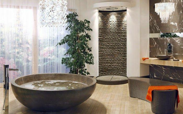 Badezimmer mit Holzboden und Designer Leuchte