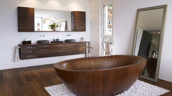 Badezimmer mit Holzboden und Holzmöbeln