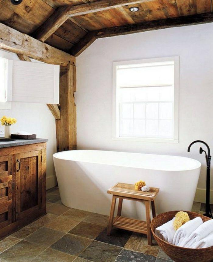 Badezimmer mit Holzdecke und Waschtischschrank im rustikalen Stil
