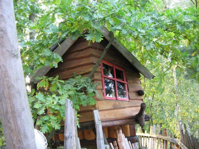 Baumhaus in den Ästen der Eiche