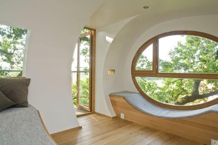 Baumhaus mit ovalem Fenster