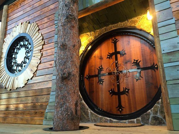 Baumhaus mit runden Festern und Türen