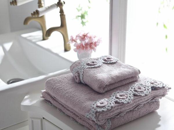 Blumenmuster auf den Handtücher fürs Bad
