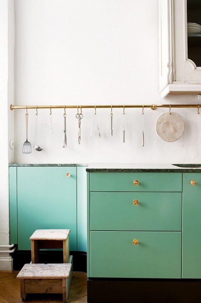 Den Schubladen eine neue Farbe verpassen-Küchenrenovierung mintgrün weiß