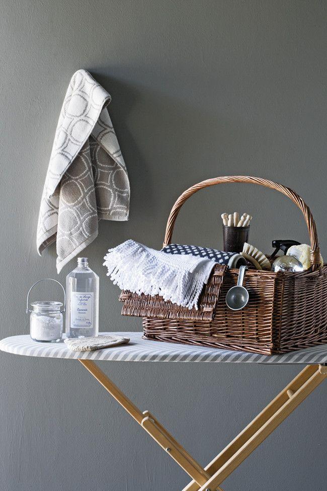 Der Korb bewahrt kleines Badezubehör stilvoll auf-Badezimmer Organisation Korb