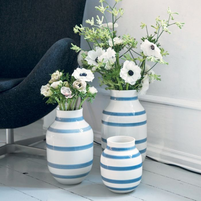 Der Vasen-Set zeichnet sich durch die frischen blauen Streifen und eleganten Rundungen aus-Dekorationsobjekt klassisches Design Handwerksqualität