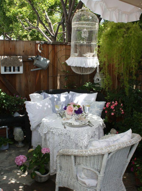 Die Blumen in Rosa und Lila setzen romantische Akzente-Gartenmöbel Deko