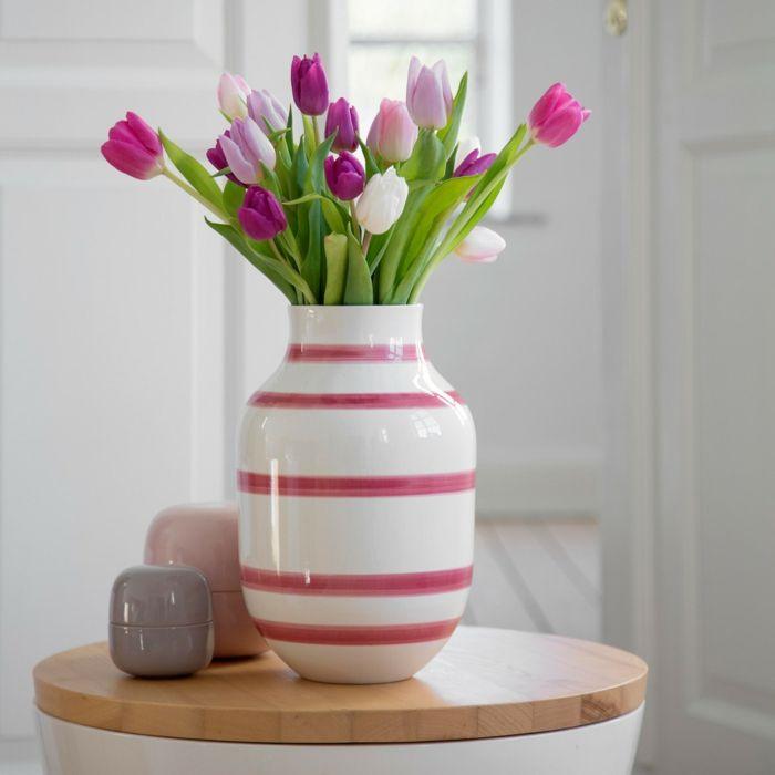Die Keramikvase mit lila Streifen und klassischer Form lässt sich kreuz und quer kombinieren-Dekoidee Keramikvase Kunsthandwerk Tischdeko