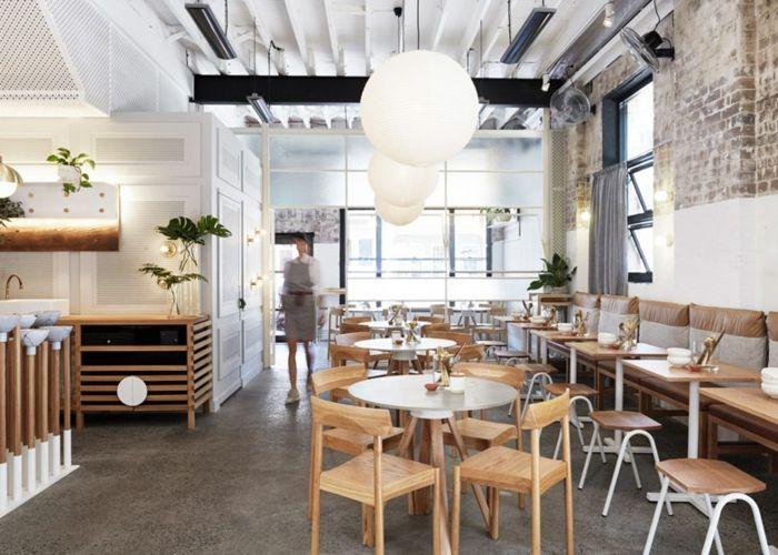 Die Metallelemente lassen sich scheinbar nahtlos mit den überwiegenden Holzstrukturen kombinieren-Modernes Design Bar Restaurant Wandgestaltung Ziegelwand
