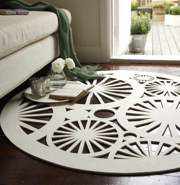 Die cremeweiße Farbe sieht besonders gut auf dem Holzboden aus-Filzteppich Wollteppich