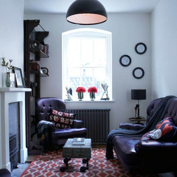 Eklektische Einrichtung des kleinen Zimmers-Violett Sofa Pendelleuchte Kamin