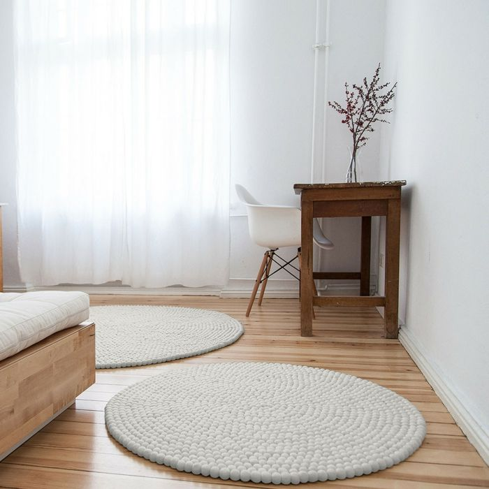 Für jeden ist etwas dabei mit einem wunderschönen Filzkugelteppich aus Schurwolle-weißer Wollteppich Filzkugel Wohntextilien