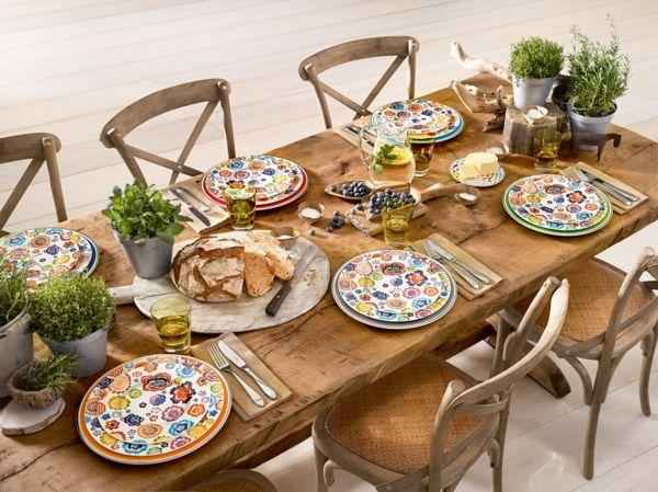 Farbige Akzente auf dem Esstisch aus Holz