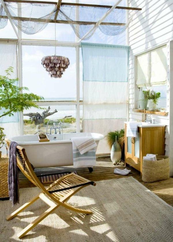 Fischernetz Deko, Holzmöbeln und weicher Teppich in Sandfarbe fürs Badezimmer
