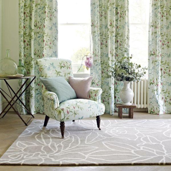 Gardinen und Sessel mit Blumenmuster machen gute Laune im Wohnzimmer
