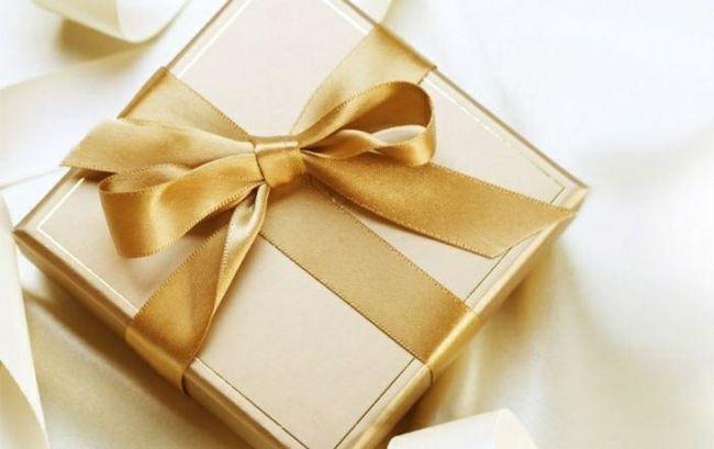 Geburtstagsgeschenk verpacken feierlich