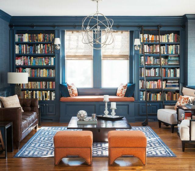 Gemütliche Leseecke am Fenster-Wohnzimmer dunkelblau orange Bibliothek