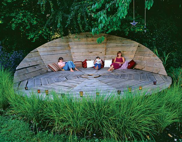 Geräumige Holzanlage inmitten des Gartens-Designer Gartengestaltung