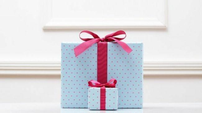 Geschenkschachteln rotes Geschenkband