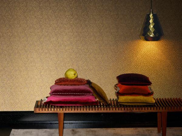 Holzbank in Kombination mit Kissen aus Samt und goldenen Lampenschirm