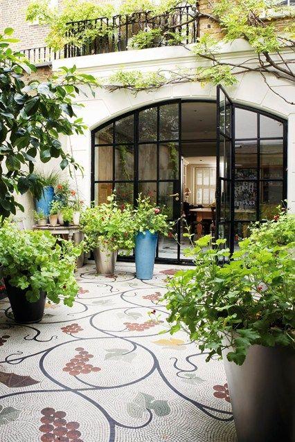 Innenhof gestalten Glastüren Pflanzen