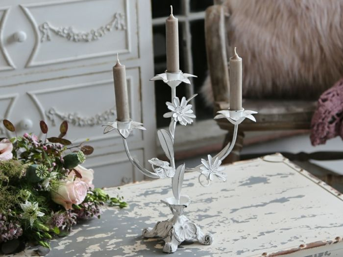 Kerzenständer in weiß und Shabby Chic Möbeln-Idee zum Wohnen
