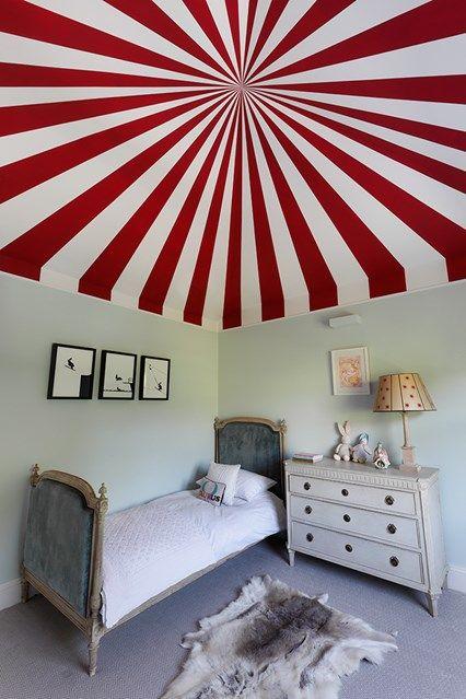 Kinderzimmer Gestaltung rot-weiß Zeltdach kreativ