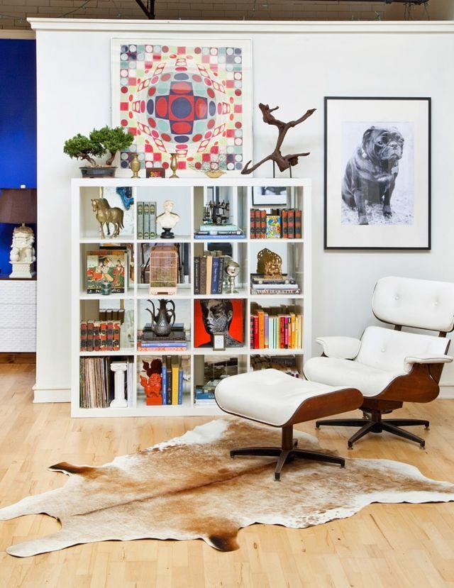 Leseecke mit Kuhfellteppich-eklektisch Patchwork Bücherregal