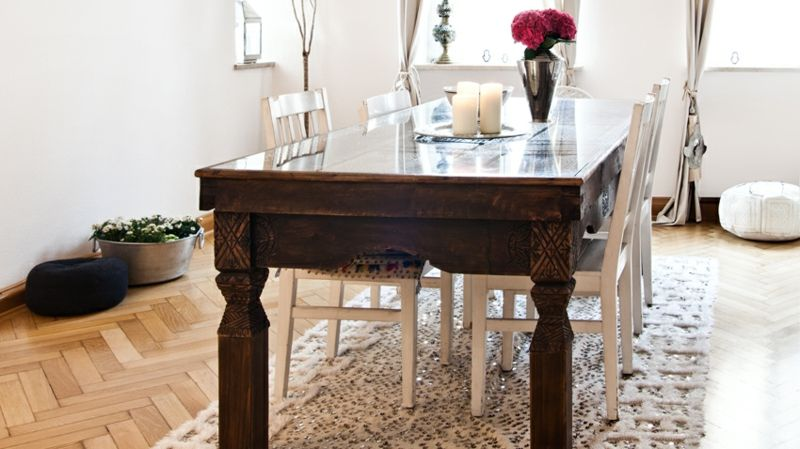 Massivholztisch und weiße Stühle-Boho Style feminin Textilien