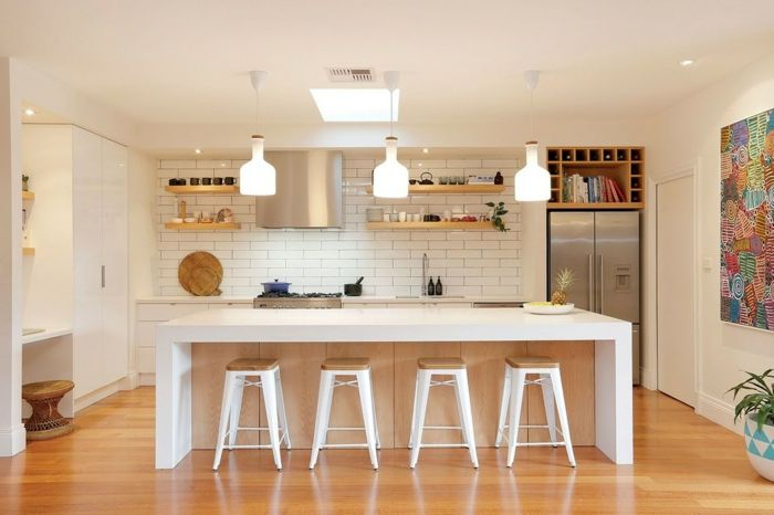 Mid-Centrury Modern mit Holzelementen im Jahr 2016-Retro Küchengestaltung Kochinsel Barhocker Fliesenspiegel