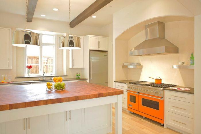 Moderne Küche mit grellen Farbakzenten und Arbeitsplatten aus Holz-moderne Küche Arbeitsplatten Holz Kochinsel Abzugshaube Metall