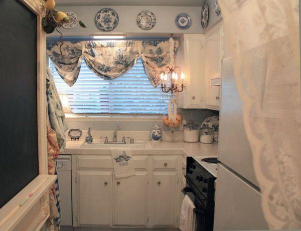 Niedliche Küche mit dekorativem Kronleuchter-Shabby Chic Kücheneinrichtung