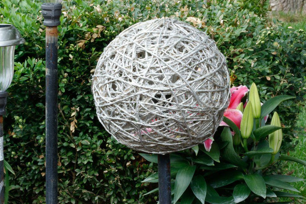 Obendrauf wird die DIY Kugel platziert-Seillampe Garten
