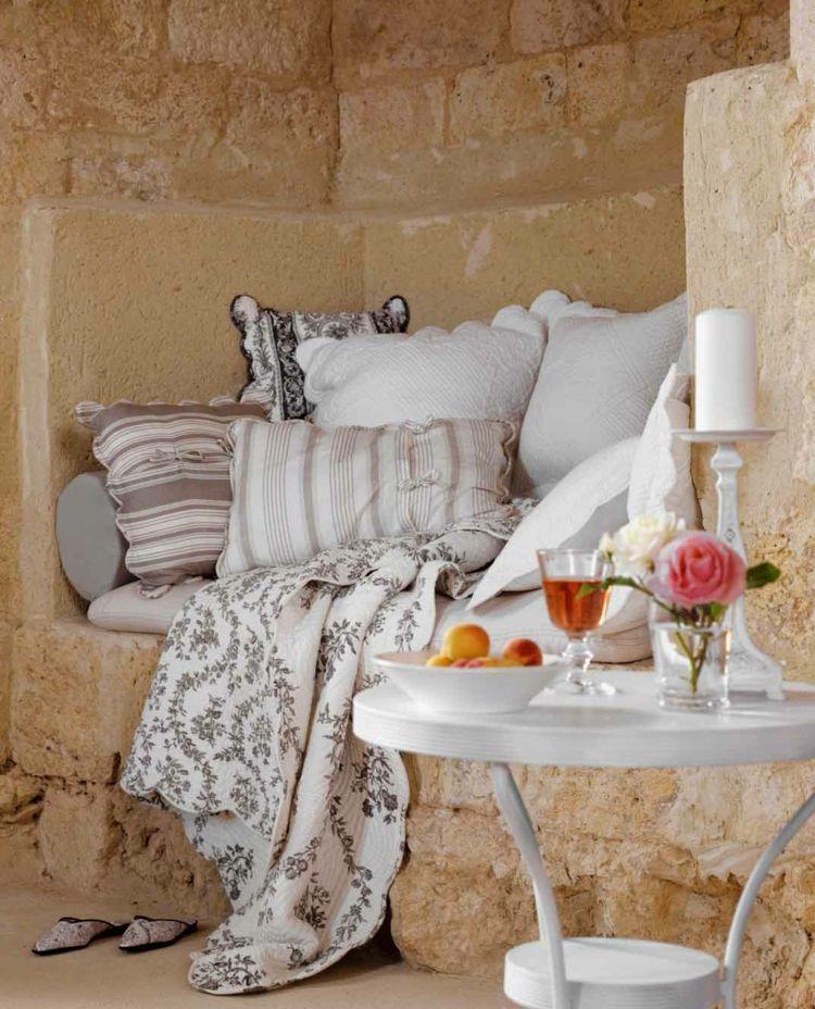 Passend zum französischen Landhausstil sind nostalgische Stoffmuster mit Blumen oder Streifen in hellen Nudetönen.