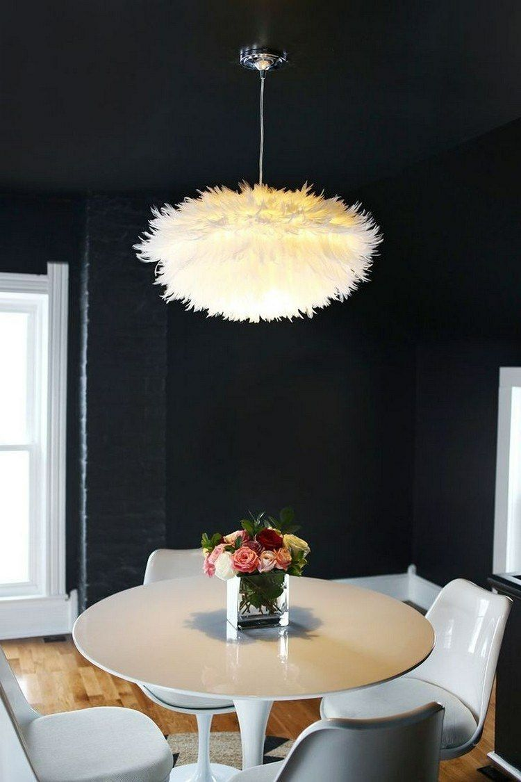 Pendelleuchte oder Lampenschirm mit Federn dekorieren