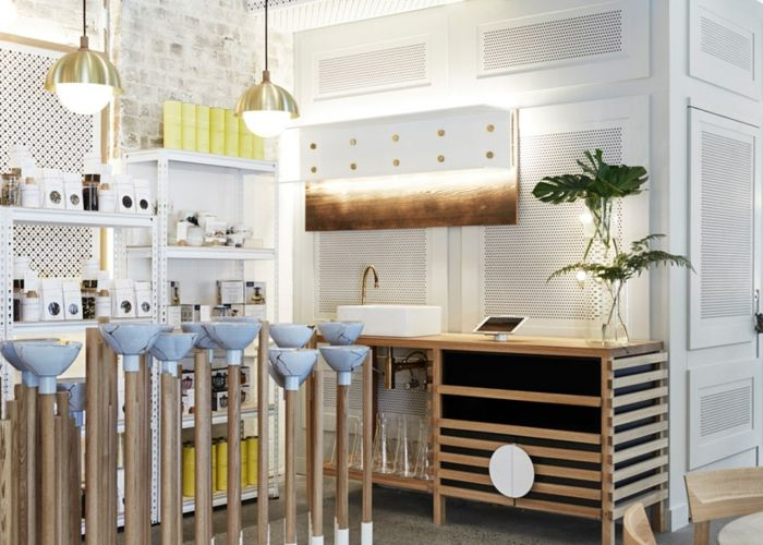 Sanfte Farben wie Weiß, Gelb und Hellblau, sowie die offenen Regale machen das gemütliche Ambiente aus-Designer Gestaltung Bar modern