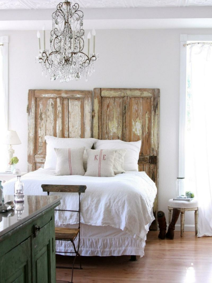 Schlafzimmeridee mit Kopfbrett aus Türen und Kronleuchter in Shabby Chic Stil-Idee zum Wohnen