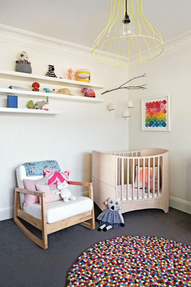 Schlichte Designer Holzmöbel verleihen dem Raum Natürlichkeit und Wärme-Kinderzimmer runder Teppich