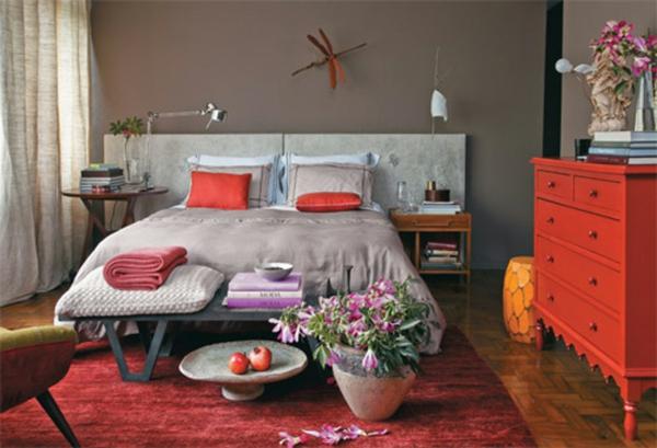 Sitzbank als praktisches Möbelstück im Schlafzimmer