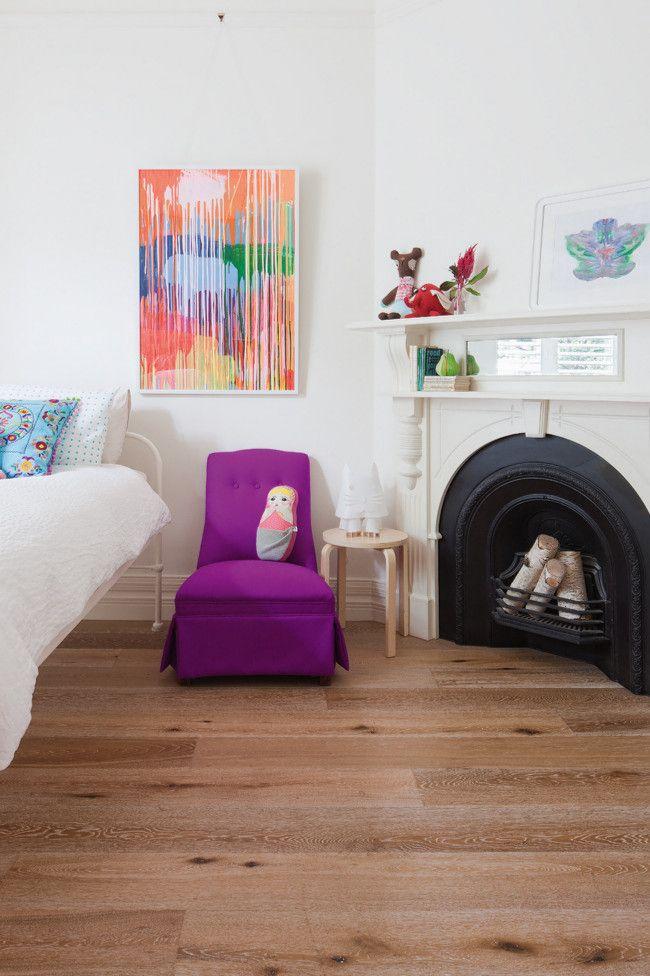 Sogar der offene Kamin wurde dem Interieur gekonnt angepasst-Kinderzimmer Design Deko Möbel